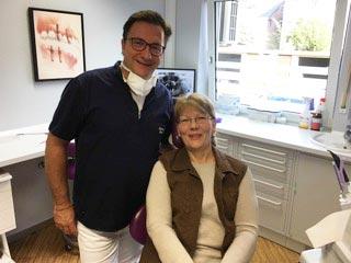 Zufriedene Patientin nach einer All-on-4-Behandlung in der Zahnarztpraxis drs. Kisters.